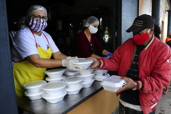 Prefeitura vai multar quem distribuir comida a moradores de rua