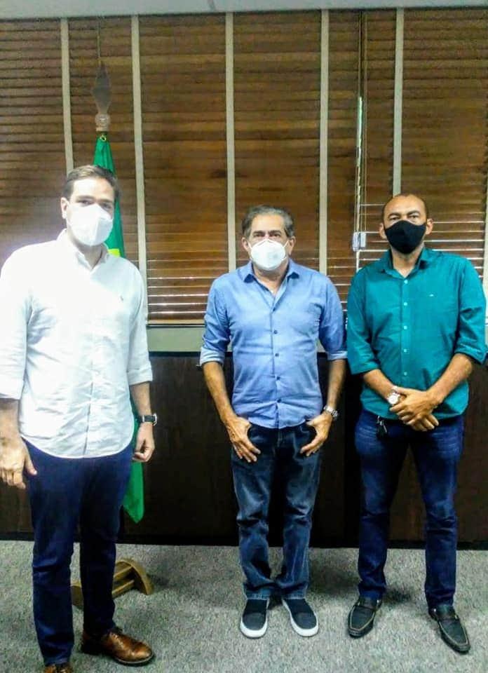 Paracuru: prefeito Eliabe ao lado do deputado Eduardo Bismarck e o secretário das Cidades anunciam melhorias para o município
