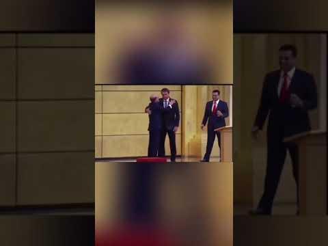 Bolsonaro recebe bênçãos de Edir Macedo na Igreja Universal - veja o vídeo