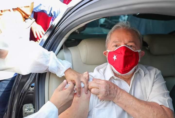 Lula toma segunda dose da vacina contra COVID-19 - vídeo