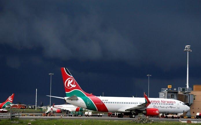 Passageiro clandestino cai de avião antes de pouso