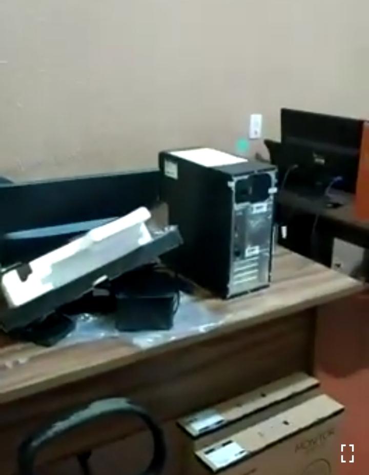 Uruburetama: prefeita Stela Rocha encontra computadores da Prefeitura trocados - vídeo