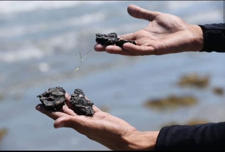 Manchas de óleo voltam em praias de Amontada e Itarema