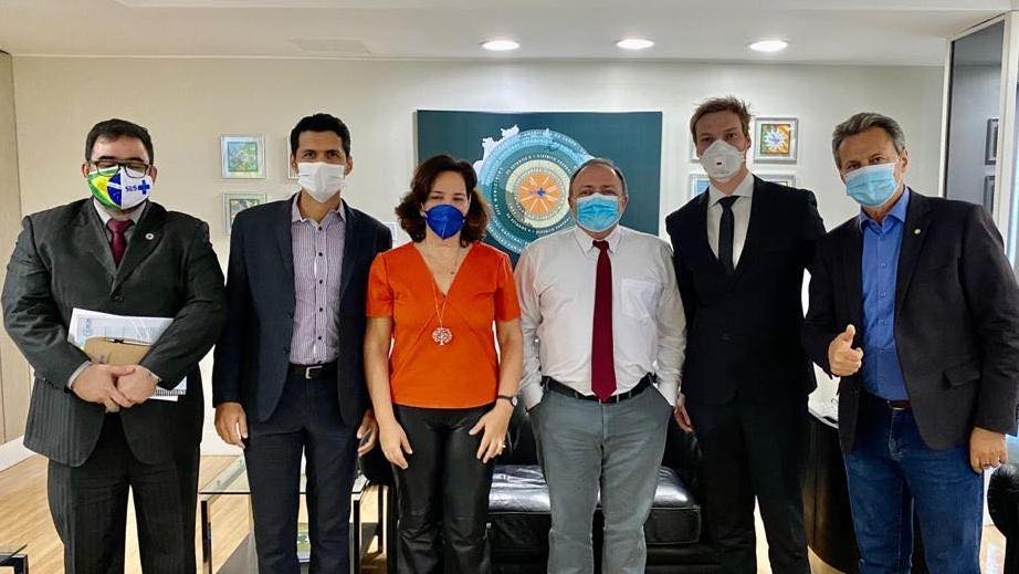 Ministro da Saúde Eduardo Pazuello recebe defensores da aplicação de ozônio pelo ânus contra o coronavírus