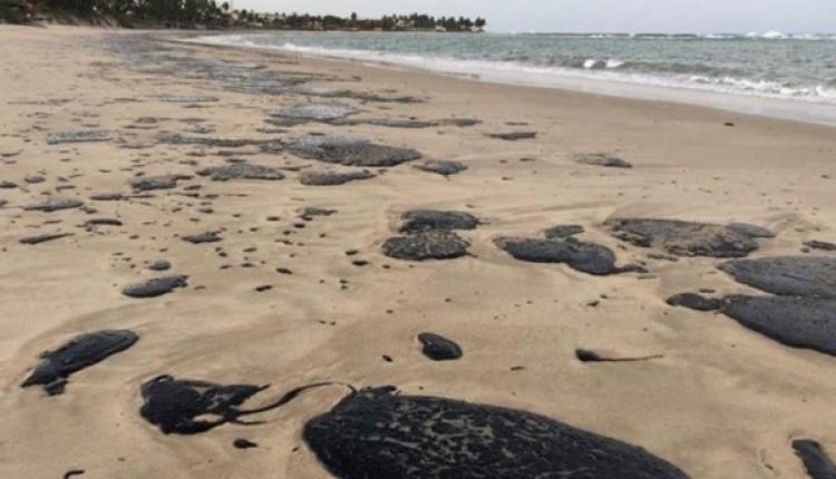 Presidente Bolsonaro determina investigação sobre manchas de óleo em praias do Nordeste