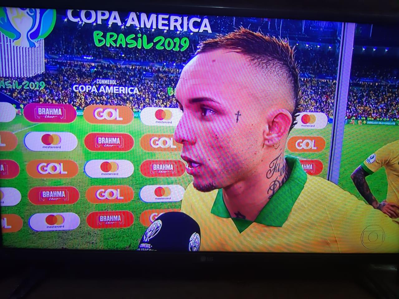 """Cearense de Maracanaú Everton """"Cebolinha"""" recebe troféu de artilheiro da Copa América"""