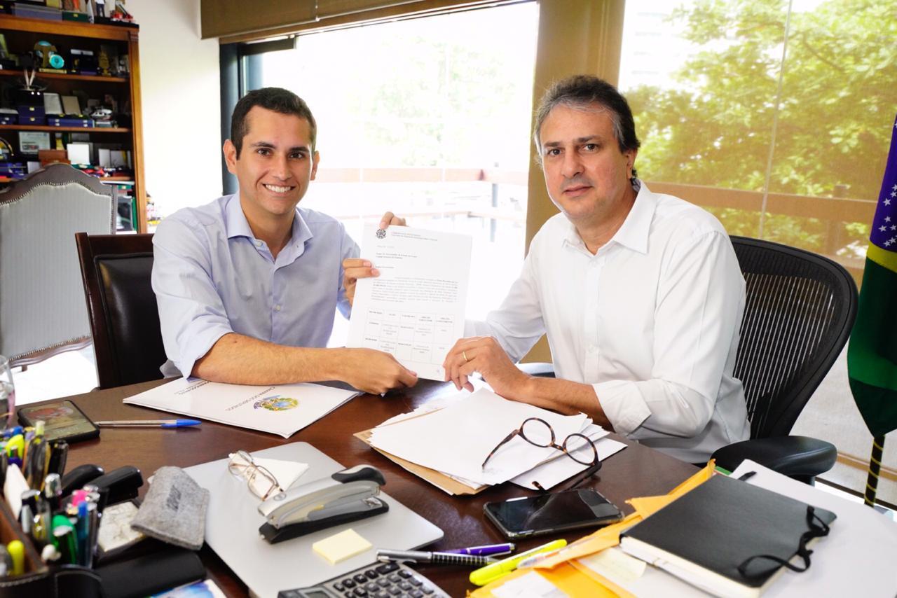 Deputado Domingos Neto apresenta a Camilo os recursos conseguidos para o Ceará