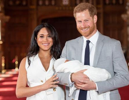 Príncipe Harry e Megahn mostram pela primeira seu filho Archie, confira