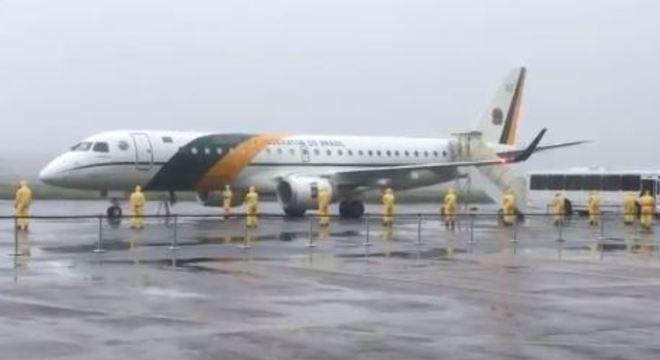 Passageiros que estavam na China desembarcam no Brasil