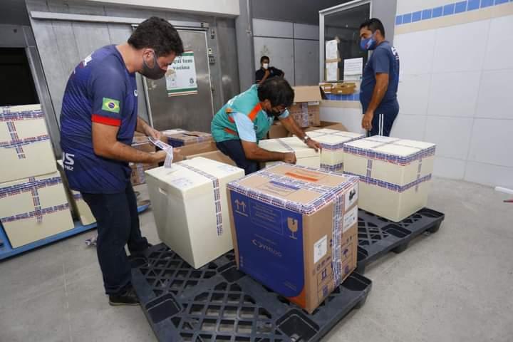 Ceará recebe novos lotes de vacinas da AstraZeneca e Pfizer