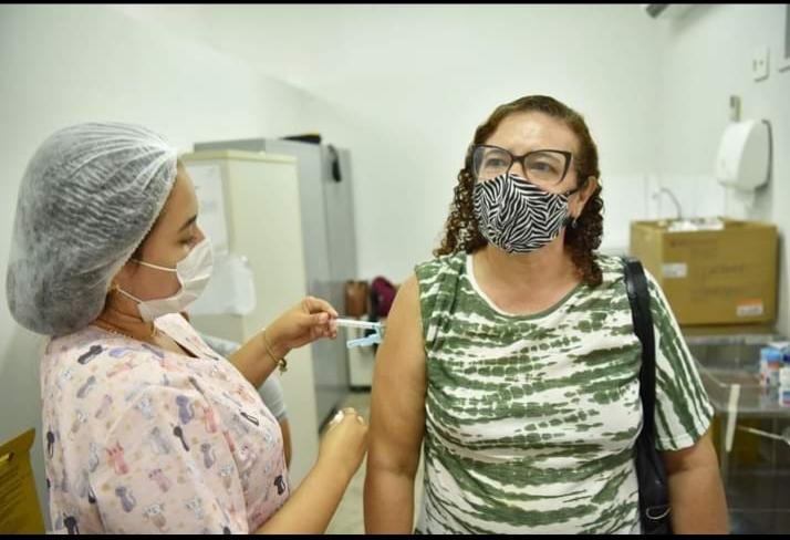 Prefeitura de Caucaia vacina  idosos e profissionais da saúde com a terceira dose neste final de semana