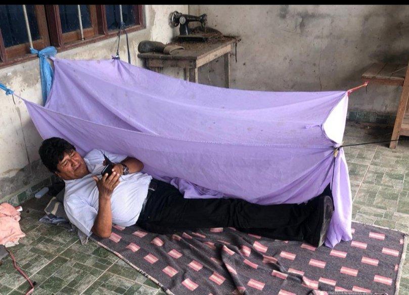 Evo Morales posta foto deitado no chão sem identificar o local