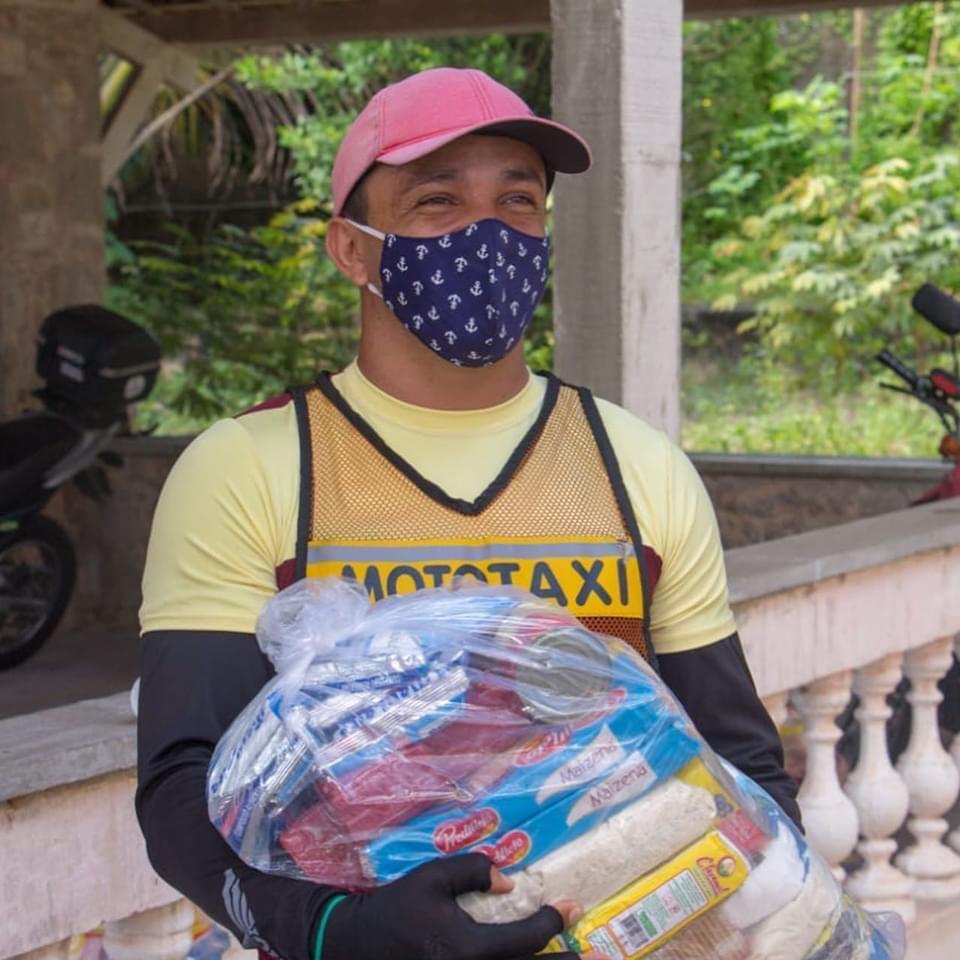 Prefeitura de Aquiraz distribui alimentos para alunos, mototaxistas e taxistas