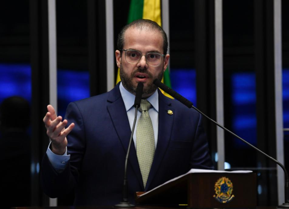 Senador Prisco Bezerra destaca educação cearense e defende ampliação do Escola Nota 10