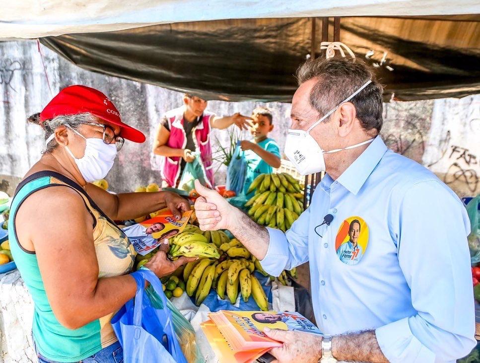 Heitor Férrer caminha na feira da Sapiranga e garante melhorar infraestrutura para funcionamento do comércio local