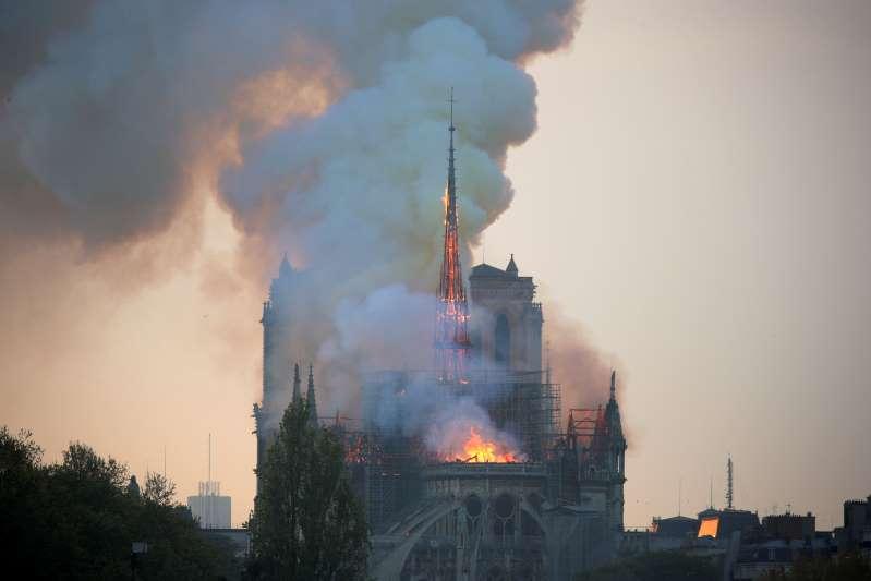 Catedral de Notre Dame em Paris pega fogo - veja o vídeo