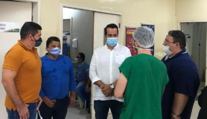 Caucaia: prefeito Vitor Valim visita instalações do Hospital Municipal ao lado do líder do governo Vanderlan Alves