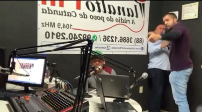 Vereador invade estúdio de rádio e agride radialista no Ceará - vídeo