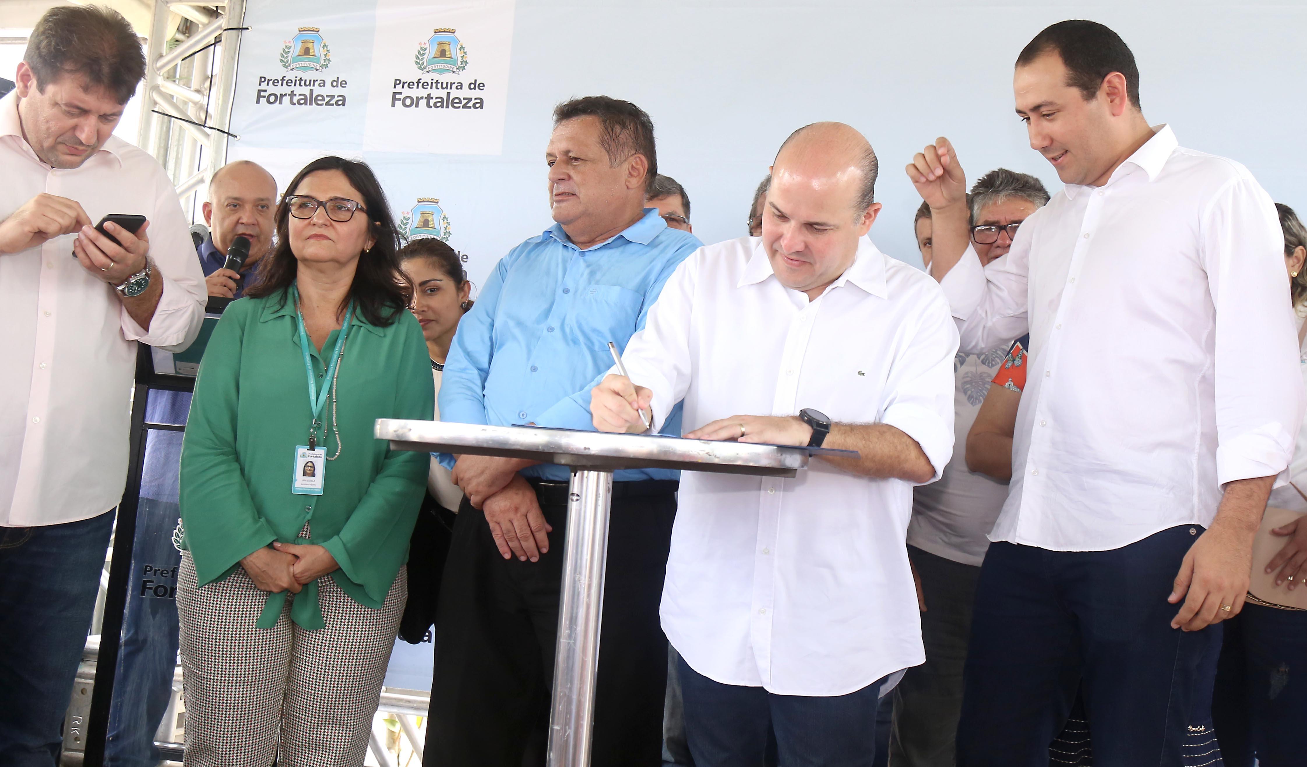 Prefeito Roberto Cláudio assina ordem de serviço para construção de posto de saúde na Alameda das Palmeiras