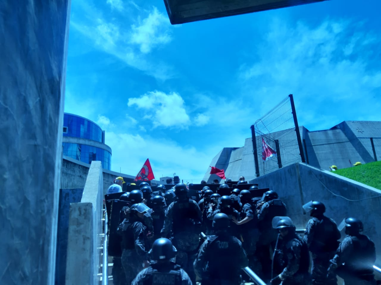 Servidores estaduais tentam invadir Assembleia em protesto contra a reforma da Previdência estadual - veja o vídeo
