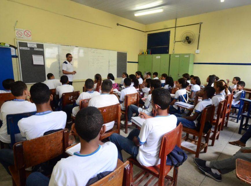 Bolsonaro veta projeto que dava acesso à internet a alunos e professores da rede pública