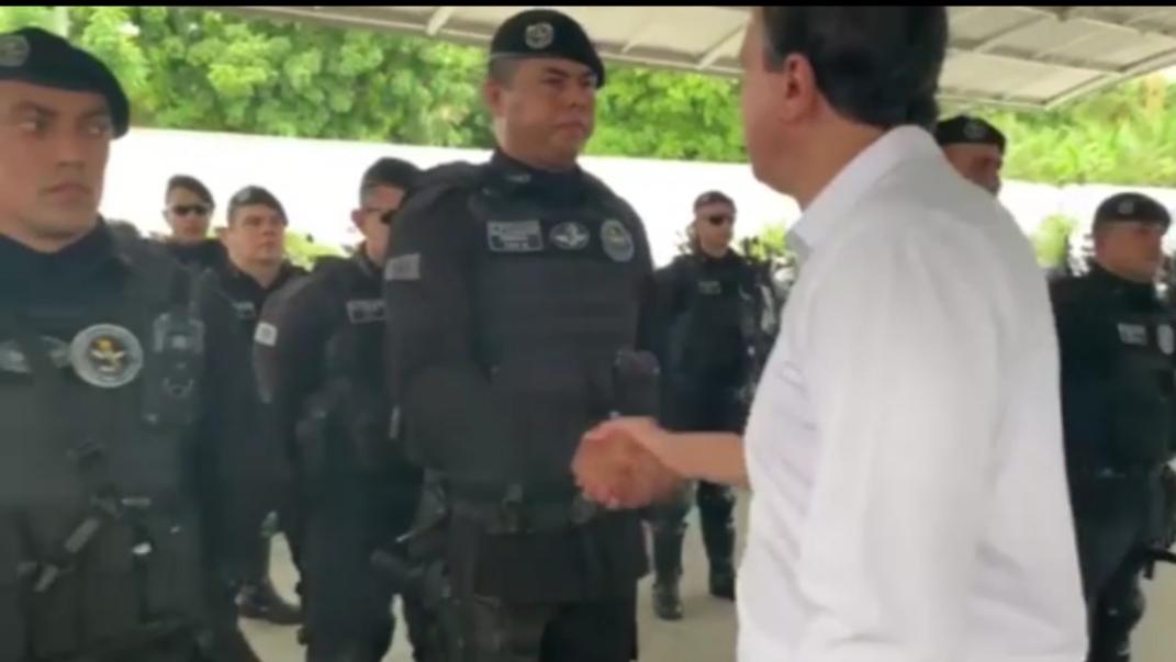 Camilo Santana visita policiais militares,  civis e bombeiros