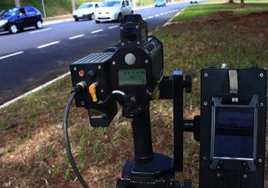 Radar móvel ou fixo escondido está proibido de multar