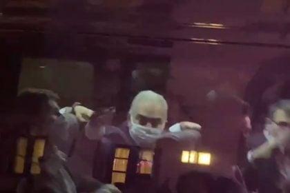 Ministro da Saúde faz gesto obsceno com dedo para manifestantes brasileiros em Nova York