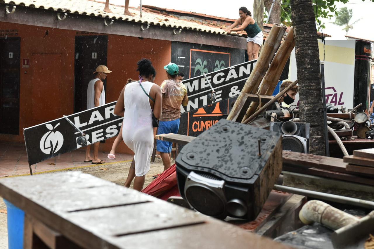 Caucaia: Ministério Público determina retirada de barracas de praia no Cumbuco