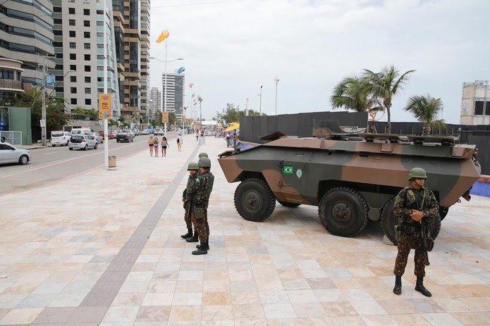 Tanques de guerra patrulham ruas de Fortaleza