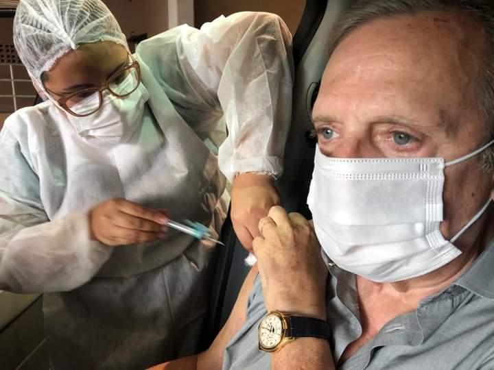 Tasso toma vacina e espera que toda população seja imunizada em breve