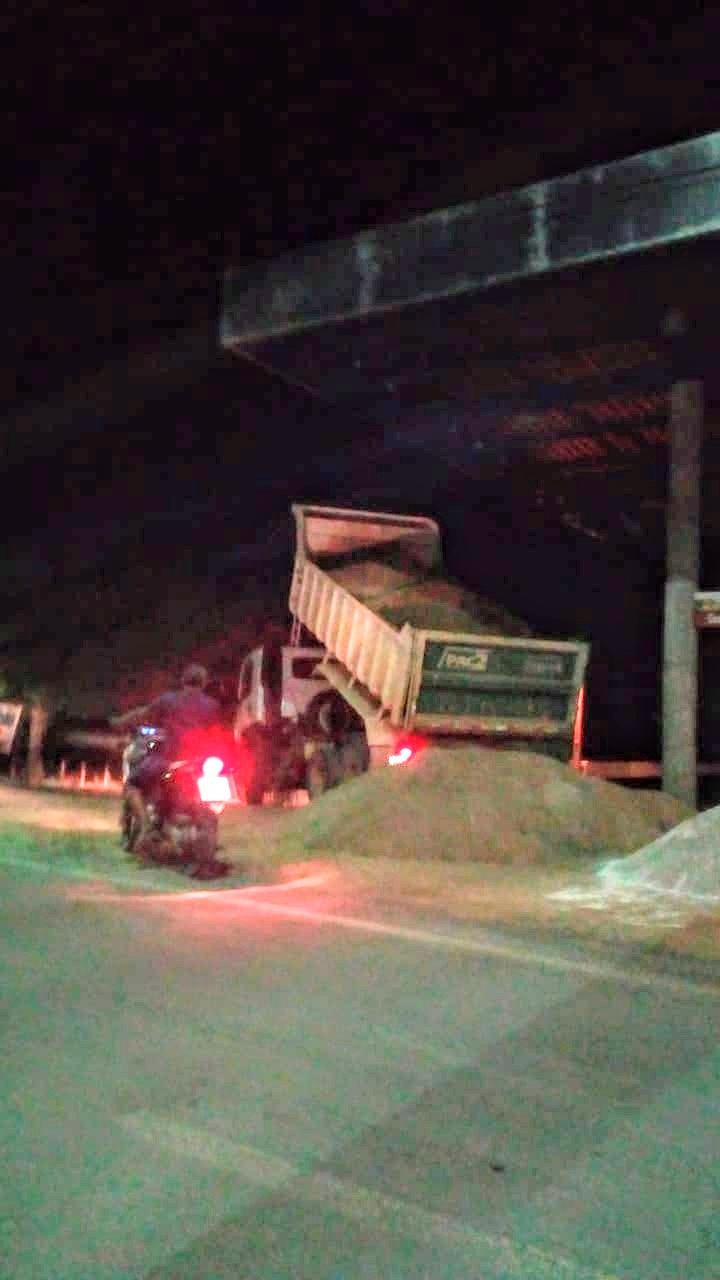 Groairas: Caçamba do PAC flagrado trabalhando a noite a serviço de particulares.