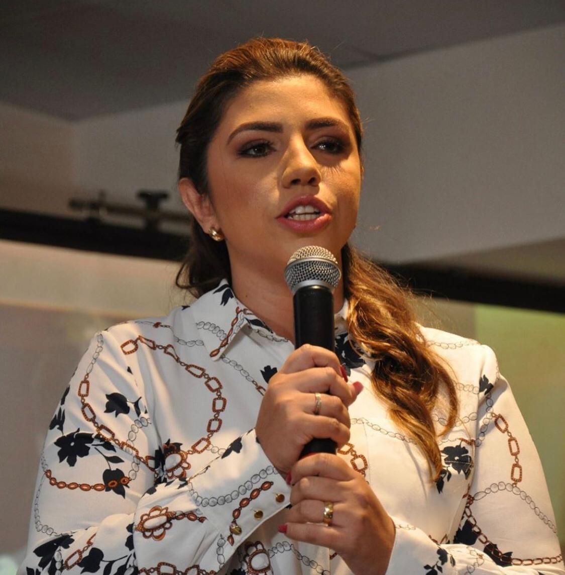 Vereadora de Limoeiro do Norte reafirma denúncia de paralisação de obra por falta de pagamento