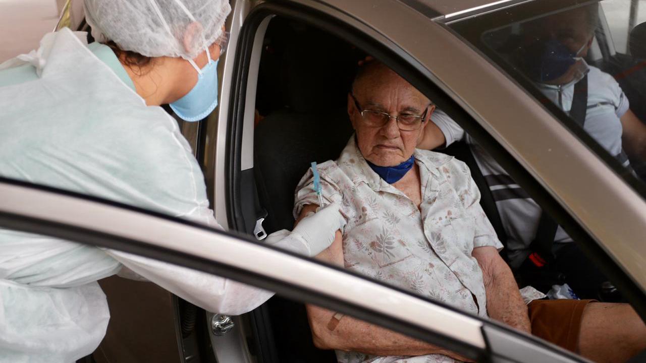 Vacinação contra a gripe em idosos será retoma nesse fim de semana com serviço 'Drive Vacina'
