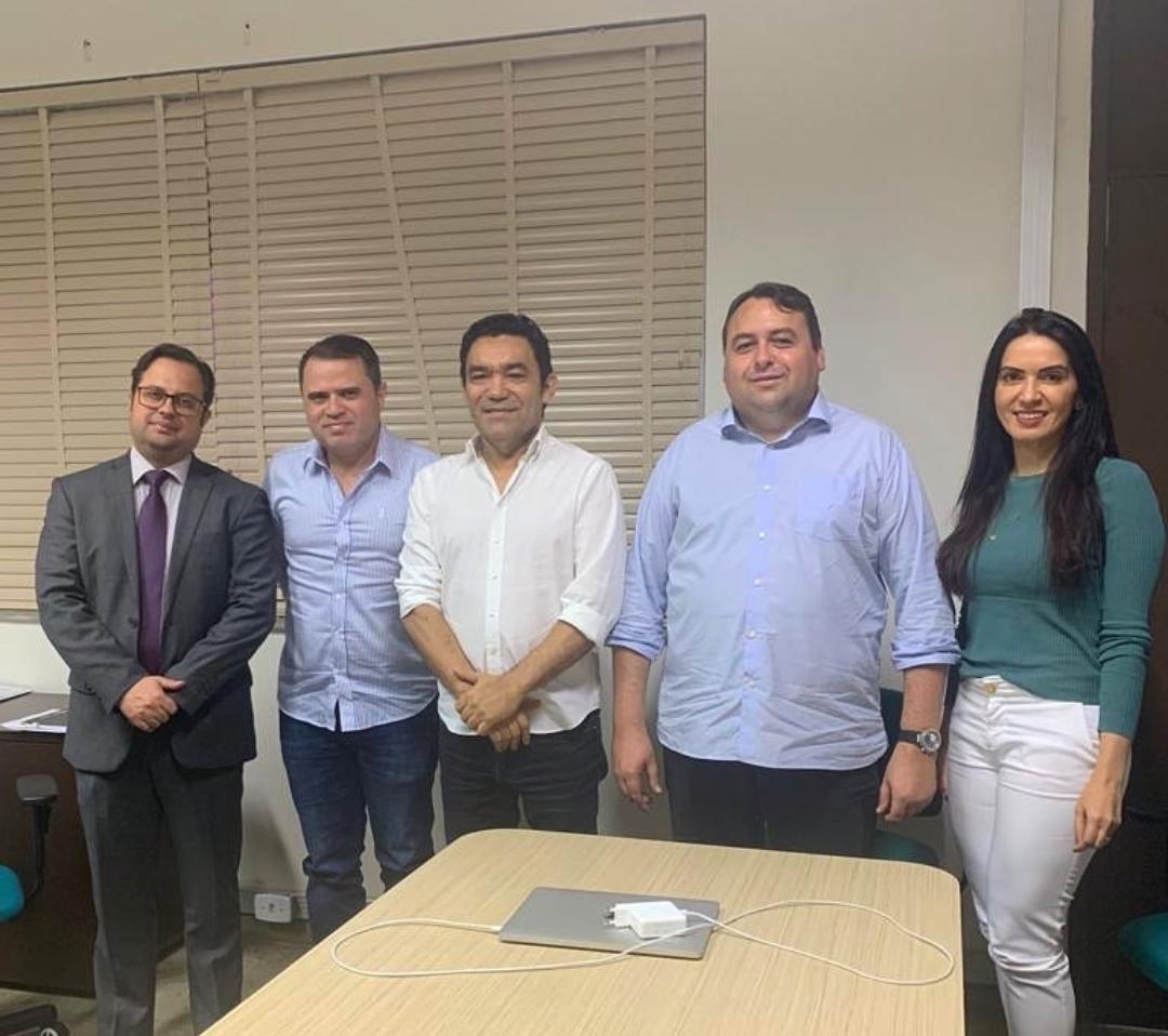 Genecias e Aderlânia Noronha se reúnem com superintendente do Detran para discutir regularização do transporte alternativo que liga Parambu a Tauá