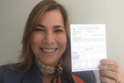 Mayra Pinheiro toma vacina contra COVID-19