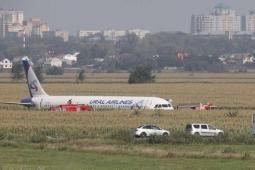 Avião faz pouso de emergência com mais de 200 passageiros - vídeo