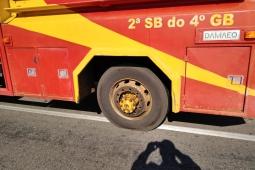 Pneu de viatura dos Bombeiros em movimento saca fora quase causando acidente grave
