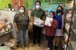 Pacatuba: vice-prefeito Rafael Marques entrega kits alimentação para alunos da rede municipal