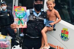 Policiais militares do 18° BPM realizam doação de brinquedos para crianças da comunidade do Sossego