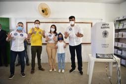 Naumi Amorim vota ao lado de Domingos Neto e se diz confiante na reta final da campanha